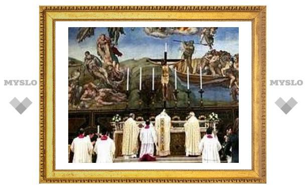 Папа римский повернулся к верующим спиной