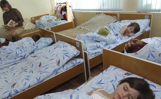 Воспитательница детсада силой заставляла ребенка спать