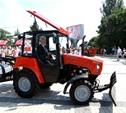 Мэр Тулы прокатился на тракторе по Керчи