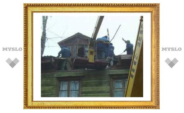 В Туле кран свалился на дом