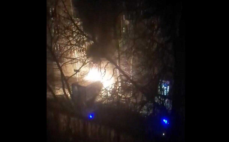 Ночью в Туле на ул. Свободы загорелся автомобиль: видео