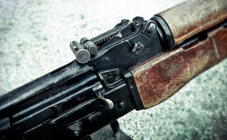 В Заречье двое мужчин обстреляли подростков и напали на полицейского