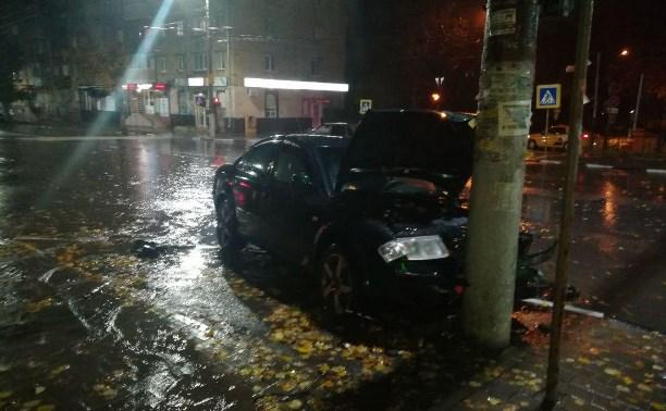 На улице 9 Мая в Туле легковушка врезалась в столб