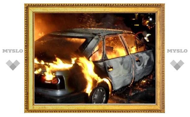 В центре Тулы подожгли иномарку