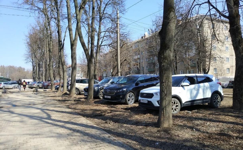 «Накажи автохама»: на ул. Фридриха Энгельса продолжают парковаться на газонах