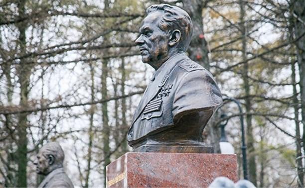 В Ижевске установили бюст Михаила Калашникова