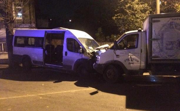 В Туле грузовая «Газель» столкнулась с маршруткой: есть пострадавшие