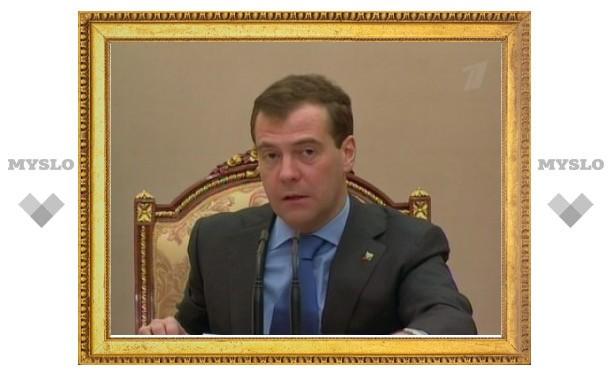 Медведев поручил правительству следить за ценами на лекарства