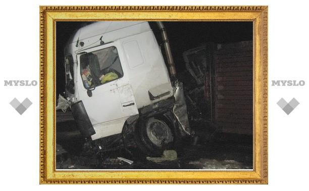 В Тульской области перевернулся грузовик с 19 тоннами газировки
