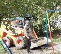 Во дворе на ул. Фрунзе во время благоустройства повредили детскую площадку