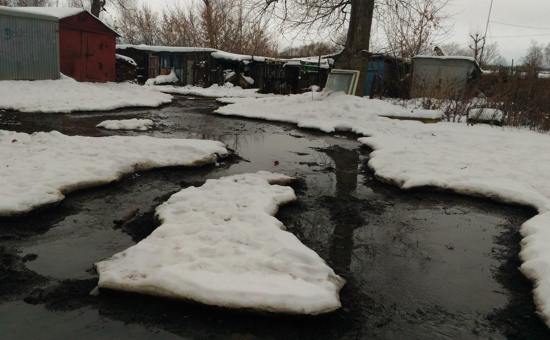 В Болохово Тульской области 2 недели во дворе дома течет фекальная река