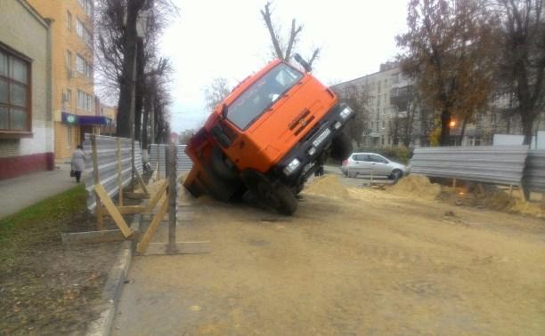 На улице Демонстрации в Туле КамАЗ провалился в яму
