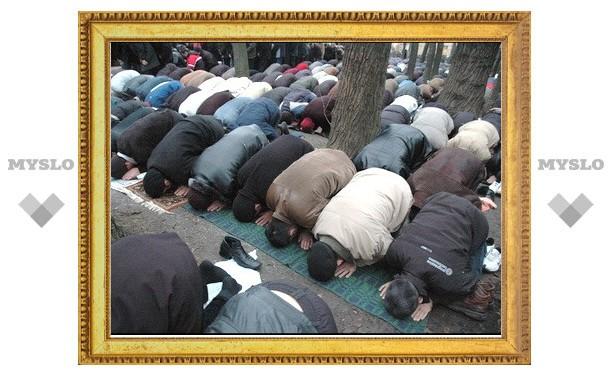 Свыше 50 тыс. мусульман собрались в центре Москвы на молитву по случаю Дня жертвоприношения