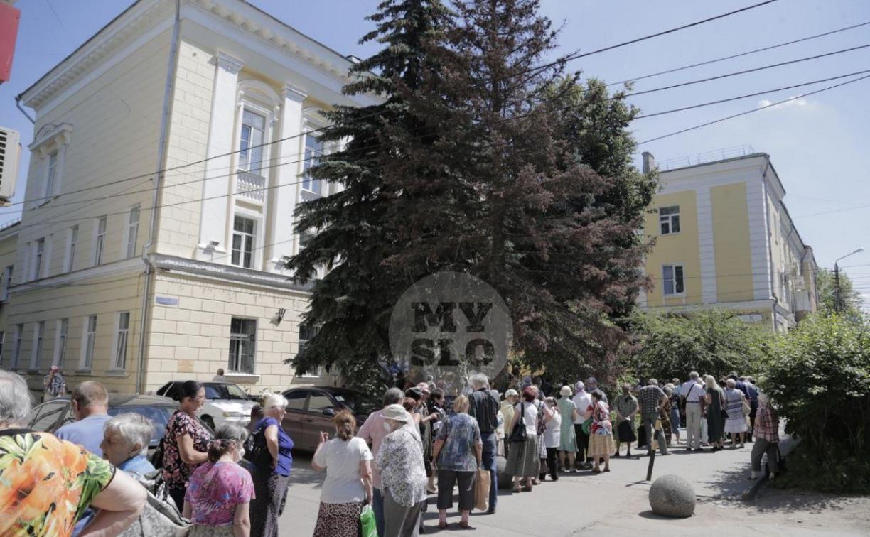 В Туле пенсионеры толпятся в огромной очереди на продление проездных