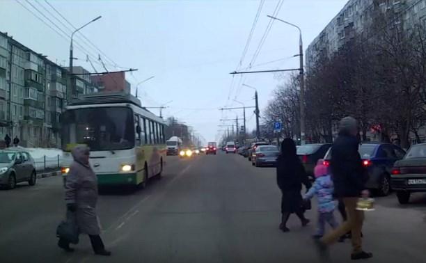 Регистратор заснял, как троллейбус не пропустил пешеходов на ул. Пузакова
