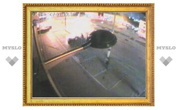 Авария у ТЦ «РИО»: легковушка чудом не убила случайного пешехода (видео)