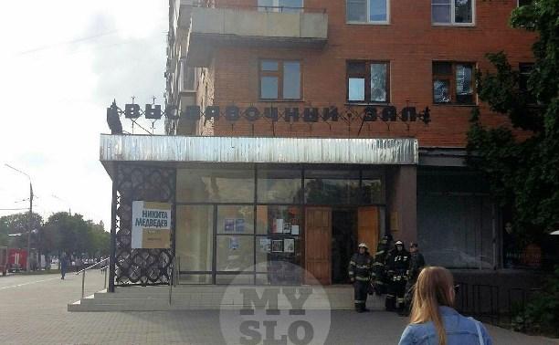 К Выставочному залу в Туле прибыли несколько пожарных расчетов