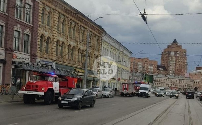 В центре Тулы работают пожарные расчеты и медики