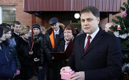 Владимир Груздев вручил ключи от 27 квартир детям-сиротам