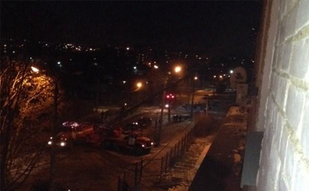 На пятом этаже жилого дома на улице Матросова полыхает пожар