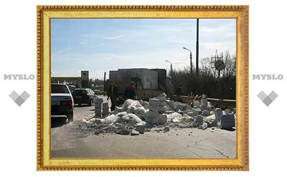 На Восточном обводе перевернулся прицеп с бетонными блоками