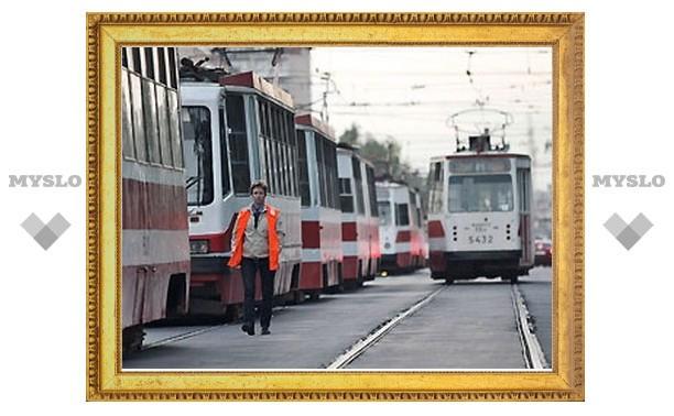 В Туле на трамвайных путях возле автовокзала столкнулись две легковушки