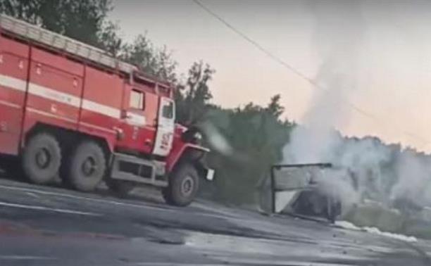 Под Тулой после жуткого ДТП загорелась иномарка: погиб мужчина – видео