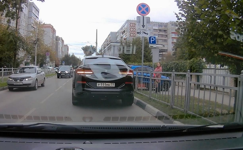 «И пусть весь мир подождет»: водитель BMW перекрыл полосу в центре Тулы