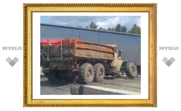 """На тульском Зеленстрое """"КрАЗ"""" потерял колесо"""