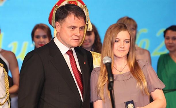 Владимир Груздев поздравил тульских выпускников-медалистов