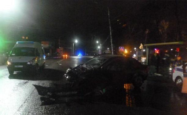 Ночью на ул. Октябрьской Renault врезался в столб