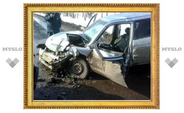 На выезде из Тулы - лобовое столкновение двух автомобилей