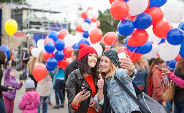 День города на площади Ленина: мыльные пузыри, ходулисты и флэшмоб