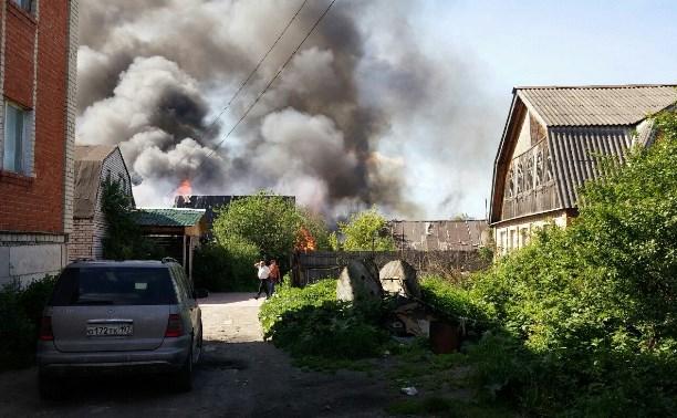 В поселке Плеханово горят цыганские дома