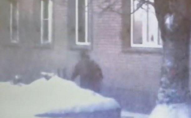 В тульском поселке цыганка прятала «закладки» в сугроб: видео