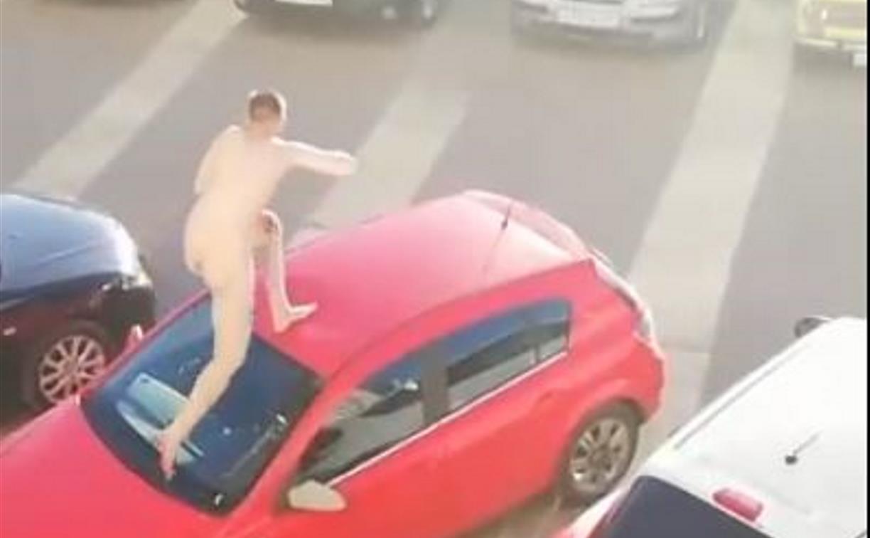Видео: голый туляк прыгал по машинам и кричал, что его хотят убить