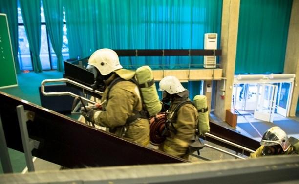 Тульские пожарные провели учения в драмтеатре