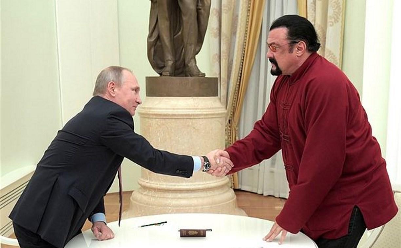 Стивен Сигал получил российский паспорт из рук президента