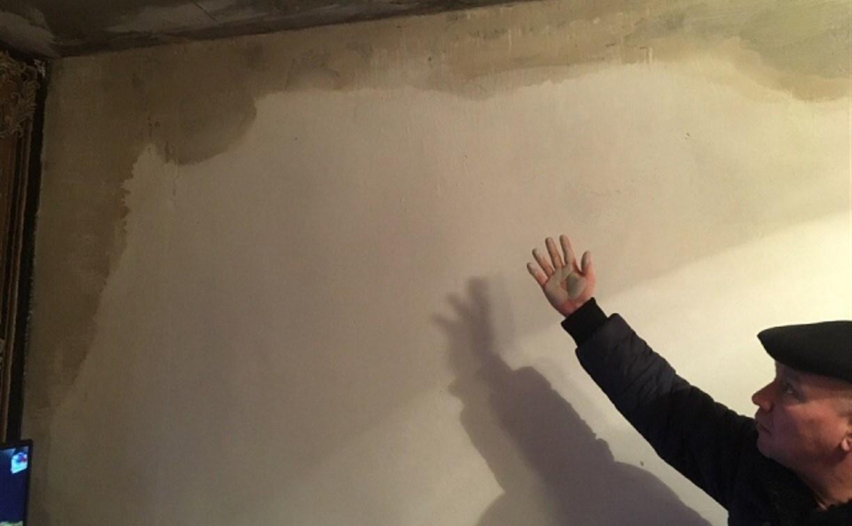 Переселенцы из аварийного жилья в Веневе 7 лет добиваются устранения протекания крыши и стен