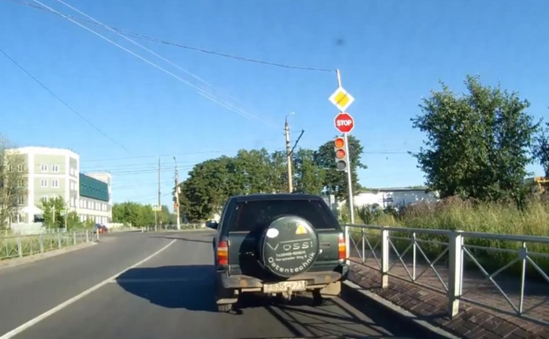 Накажи автохама: внедорожник проехал три светофора на красный свет