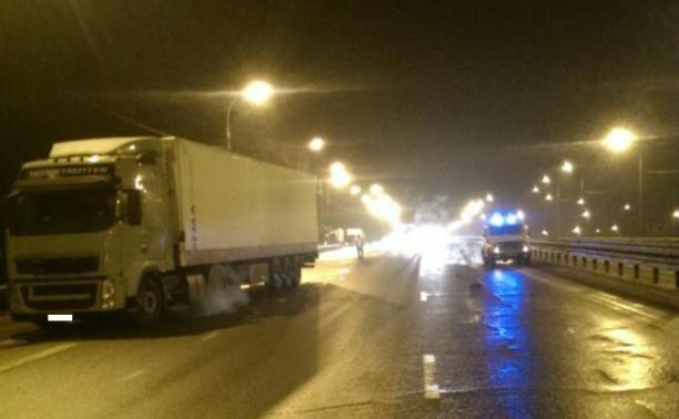 На М4 водитель грузовика сбил пешехода