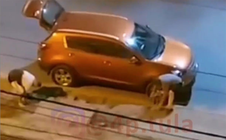 «Вообще чуваки не парятся»: двое мужчин, снимавших тротуарную плитку под покровом ночи, попали на видео