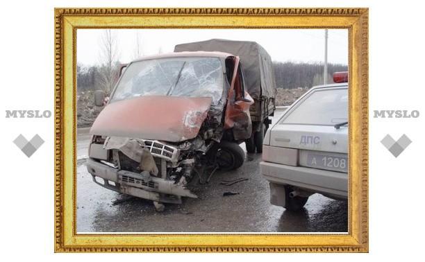 """Микроавтобус под Тулой врезался в иномарку, которая буксировала """"ГАЗель"""""""