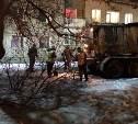 В поселке Косая Гора рабочие уложили асфальт прямо на снег