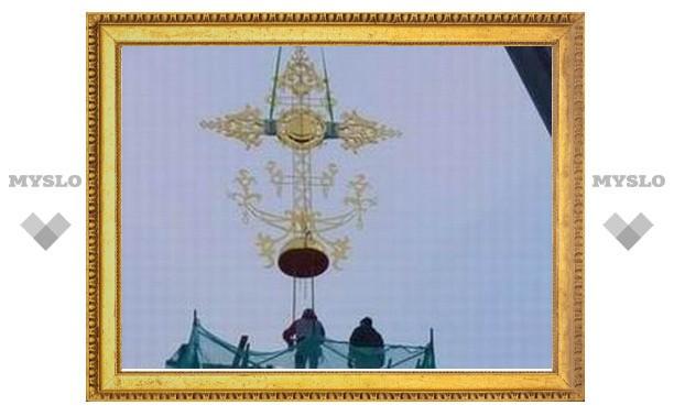 На куполе храма Воскресения Христова Смоленского кладбища Санкт-Петербурга установлен крест
