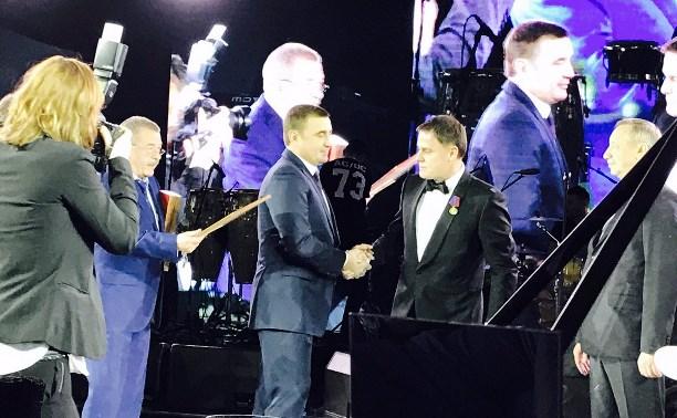 На юбилее Владимира Груздева Алексей Дюмин вручил ему высшую награду региона