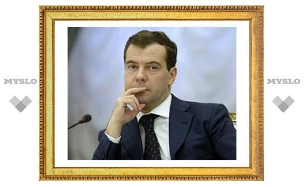 """Медведев похвалил """"аккуратную"""" девальвацию рубля"""