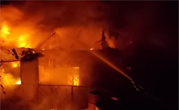 Шестнадцать пожарных тушили дом в Болохово