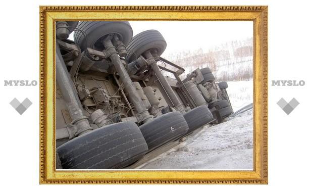 Под Тулой перевернулся грузовик Mercedes