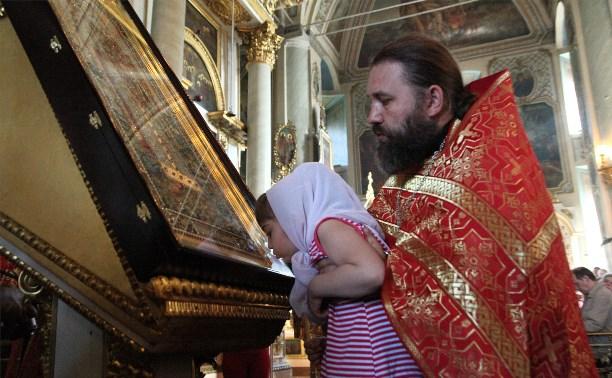 Во Всехсвятском соборе верующие встретили ковчег с мощами святого князя Владимира